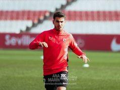 Lara, jugador del Sevilla Atlético, realizando ejercicios de calentamiento antes del partido frente al Villarrubia | Imagen: Ana Marín - La Colina de Nervión
