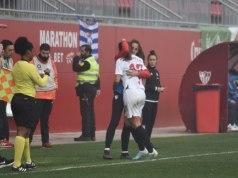 Jeni Morilla, del Sevilla Femenino, abrazando a Maite tras marcar el gol del derbi andaluz frente al Sporting | Javier Barroso