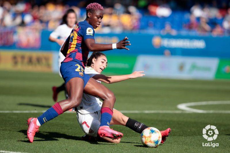 Disputa de balón entre Olga Carmona y Oshoala, FC Barcelona - Sevilla Femenino | Laliga.es