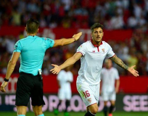 Jovetic, representado por Ramadani, durante un partido del Sevilla FC  Imagen: CRISTINA QUICLER/AFP via Getty Images