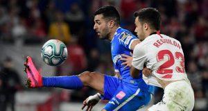 Sergio Reguilón, disputando el balón con Ángel Rodríguez, durante el partido entre el Sevilla FC y el Getafe en el Coliseum | Imagen: JAVIER SORIANO/AFP via Getty Images