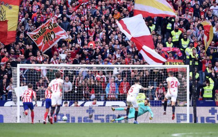 Ocampos lanza el penalti del partido del Sevilla frente al Atlético de Madrid