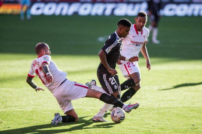 Aleix Vidal aprueba en la banda izquierda en un Sevilla FC que suspende de nuevo