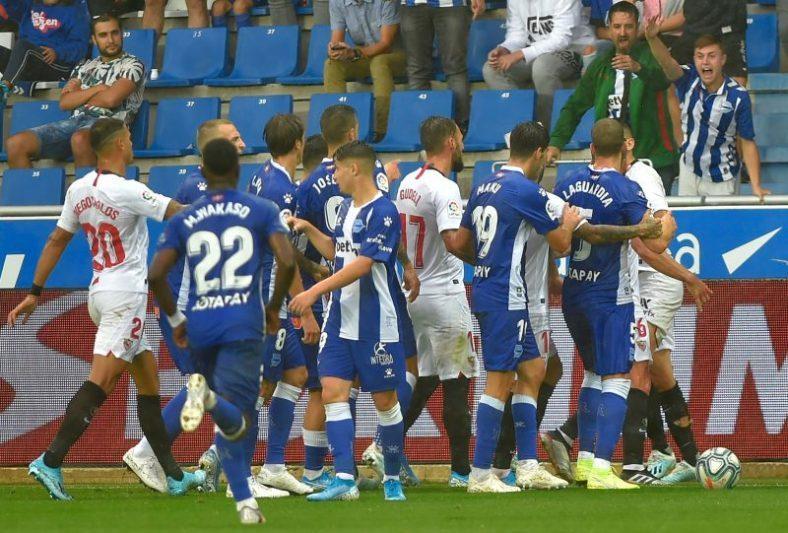 Los jugadores del Sevilla FC y el Deportivo Alavés discuten en el partido de la 19-20