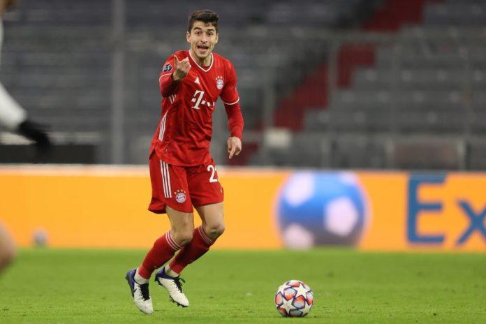 Marc Roca, que podría estar en la lista de fichajes del Sevilla FC, en un encuentro con el Bayern de Múnich