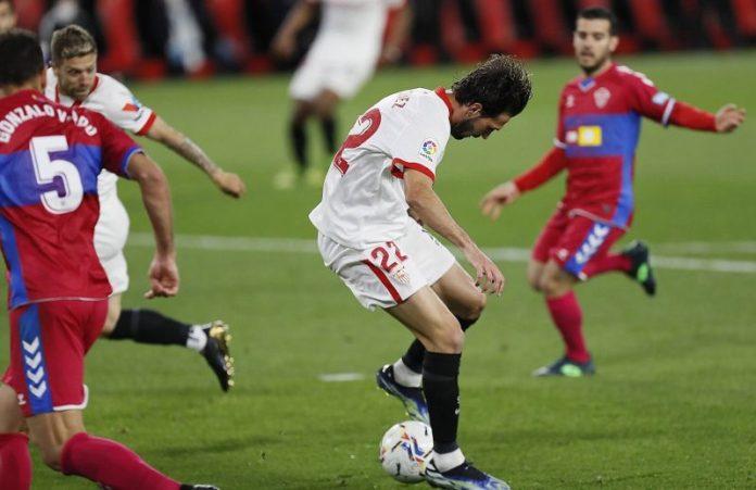 Franco Vázquez, marcando un gol de tacón en el partido del Sevilla FC contra el Elche CF en-nesyri