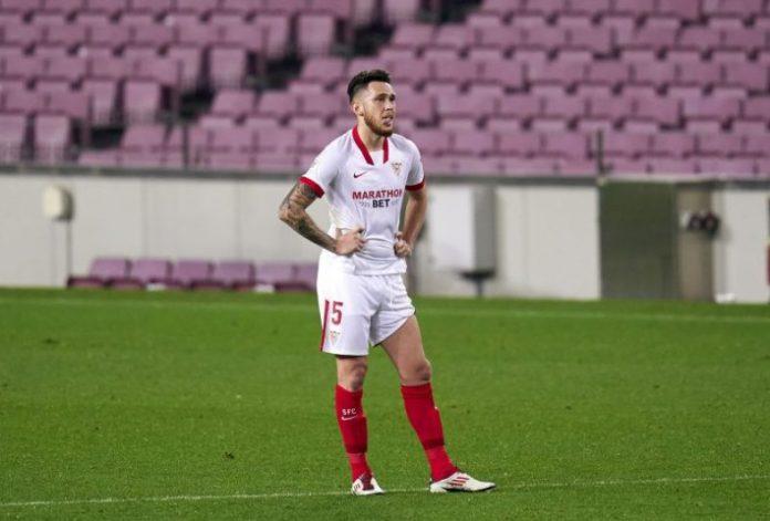Lucas Ocampos roto tras fallar el penalti en el partido del FC Barcelona y el Sevilla FC.