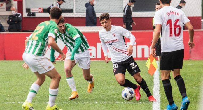 Disputa de balón entre el Sevilla Atlético y el Betis Deportivo