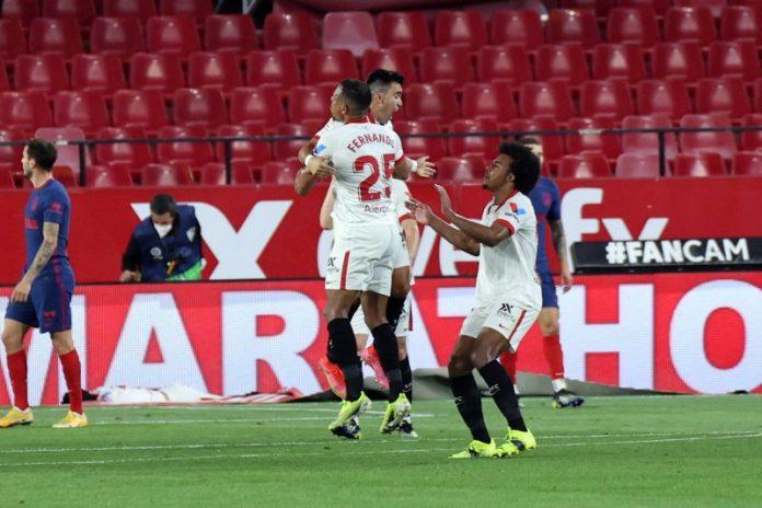 Fernando, Koundé y MArcos Acuña celebrando el tanto dio la victoria al Sevilla FC en el partido contra el Atlético de Madrid