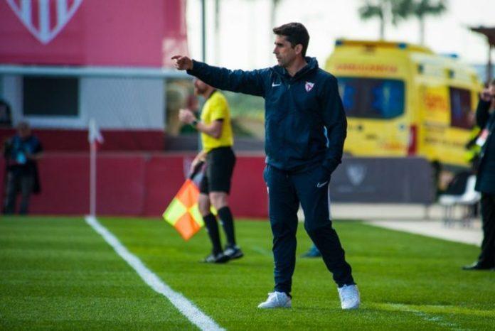 Paco Gallardo dirigiendo al filial del Sevilla FC, dando buenas noticias.