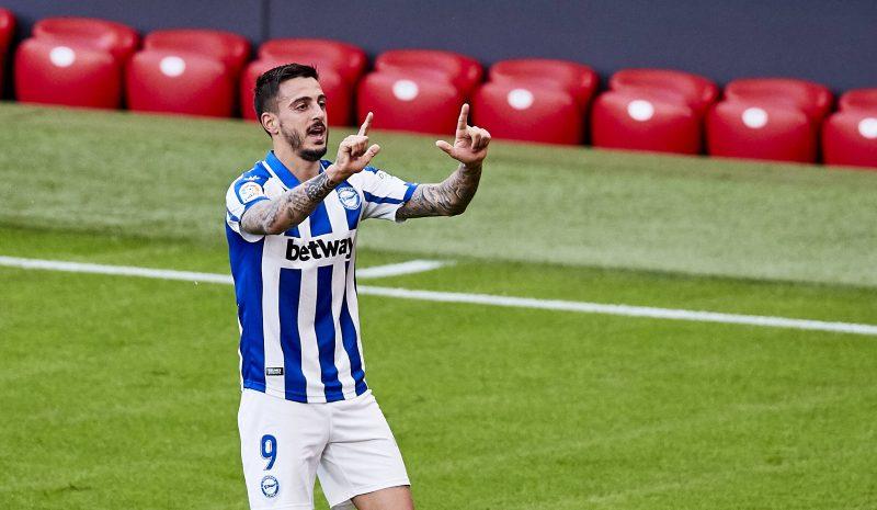 Joselu Mato, deseo del Sevilla FC en el mercado de fichajes, celebrando un gol con el CD Alavés
