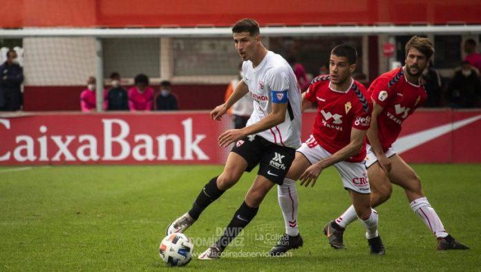 Pedro Ortiz, presente en la pretemporada del Sevilla FC, en un encuentro con el Sevilla Atlético