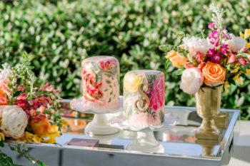 décoration de mariage gâteaux colorés et fleurs