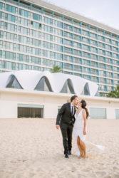 Couple de mariage à la plage en face de la concha perla san juan