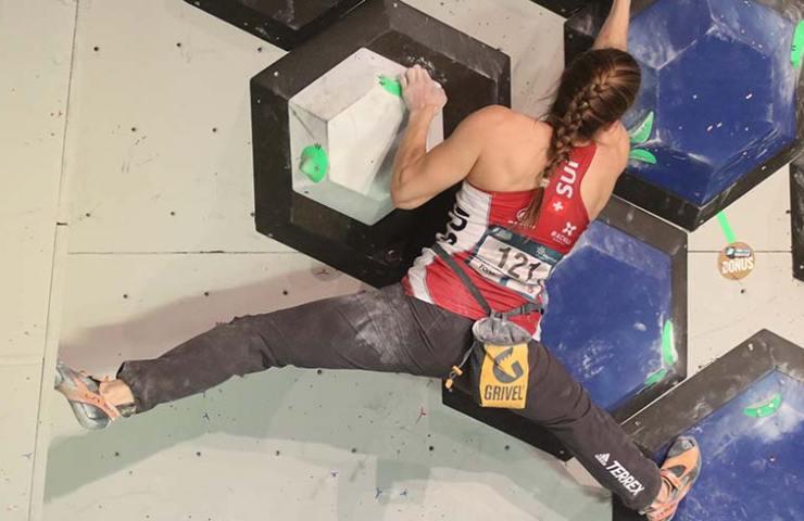 Petra Klingler zieht am Boulder Weltcup in Meiringen ins Finale ein