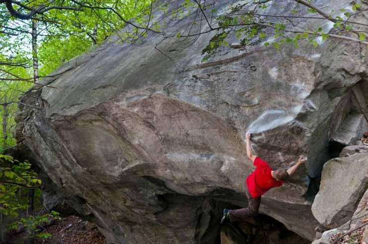 Nach drei Jahren und über 100 Tagen des Projektierens gelingt Martin Keller die Erstbegehung von Der mit dem Fels tantzt (8c)
