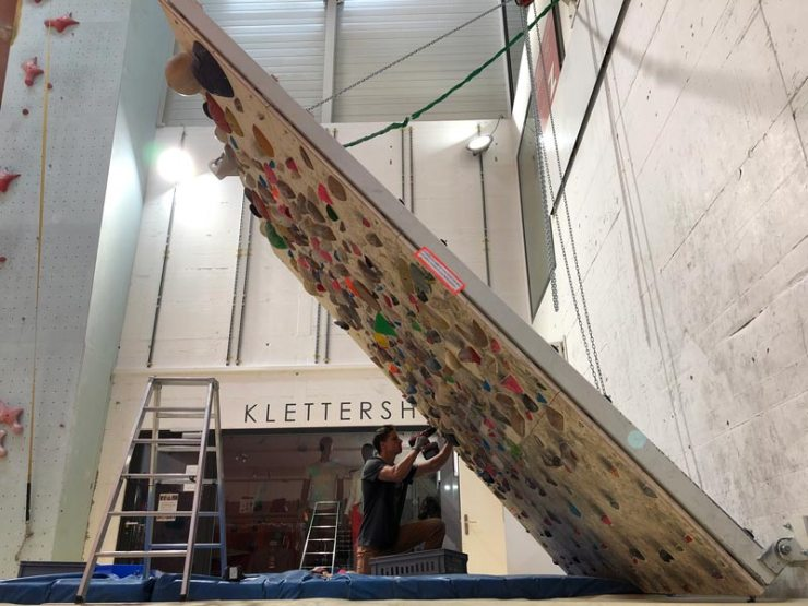 An dieser verstellbaren Wand haben wir die Holzgriffe von beastmaker, Tension Climbing und Hard Wood Holds verbaut