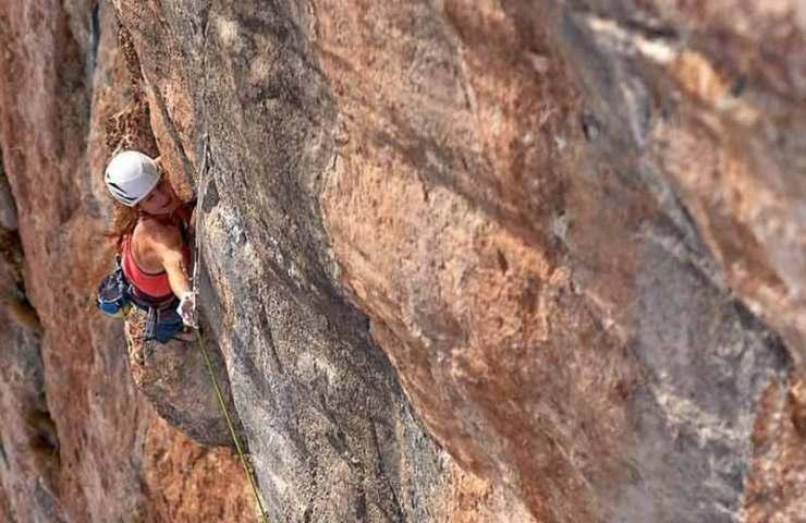 Barbara Zangerl wiederholt die Mehrseillängentour Sangre de Toro an der Roten Wand