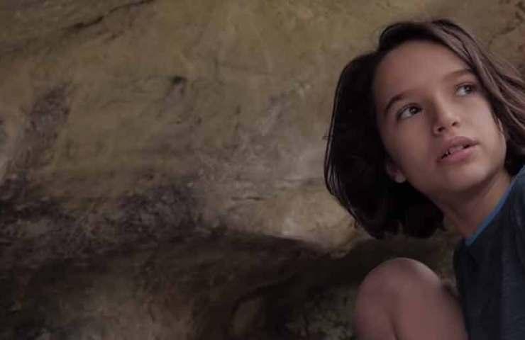 Die 13-jährige Oriane Bertone klettert die 8a+ Traverse Atomic Playboy in Fontainebleau