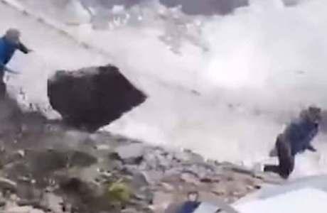 Diesen Alpinisten fliegt ein riesiger Felsbrocken um die Ohren