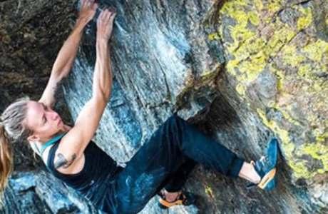 Isabelle Faus klettert den 8b+ Boulder Memory is Parallax im Rock Mountain National Park