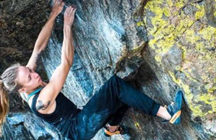 Isabelle Faus klettert den 8b+ Boulder Memory is Parallax im Rock Mountain National Park