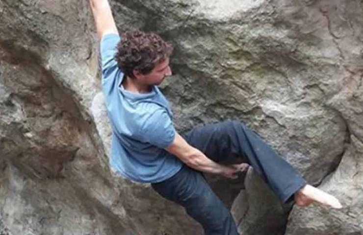 Der Franzose Nicolas Pelorson klettert den 8c-Boulder Délir onirique assis mit nur einem Schuh