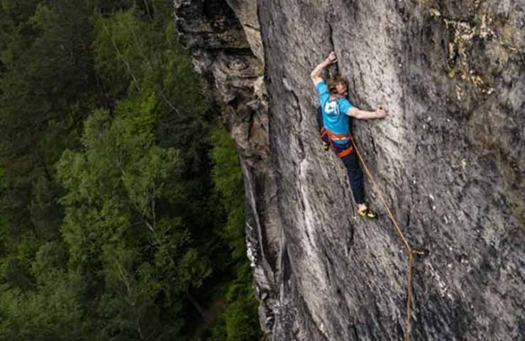 Robert Leistner manages the redpoint ascent of expulsion of the last idealists (8c / 12a) in the Elbe Sandstone Mountains