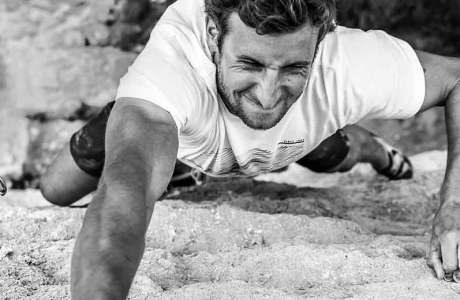 Profialpinist Nicolas Hojac klettert Samurai (8c) in Unterwald
