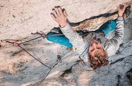 Lukasz Dudek holt sich die Erstbegehung der 8c-Route Core im Rope-Solo-Stil