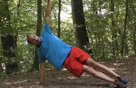 Mit dieser Übung trainierst du Körperspannung und Koordination: Push Up Rotations