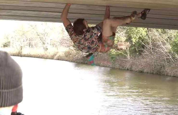 Robbie-Phillips-klettert-Rissroute-entlang-einer-Brücke-ohne-Sicherungen-(Free-Solo)