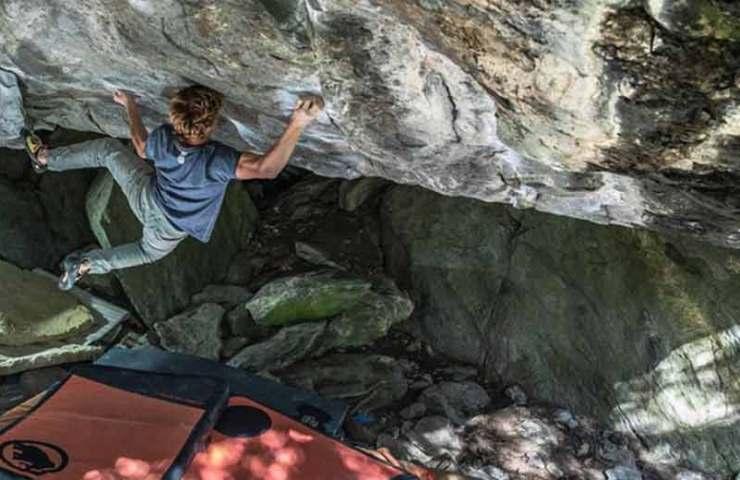 Dylan Chuat begeht den 8c-Boulder Foundation Edge bei Fionnay