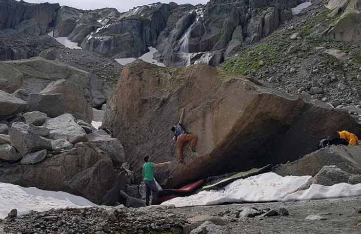Bouldering at the Furka Pass: Topos now in the Swiss Bloc 1 guide