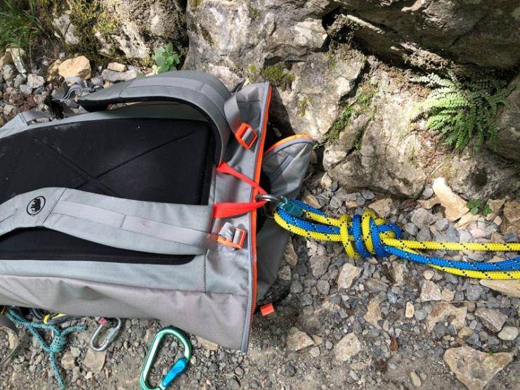 Rope Solo im Toprope: Wir binden die Seilenden meist am Rucksack fest. Durch das Gewicht des Rucksackes und damit den Zug nach unten laufen die Klemmen optimal.