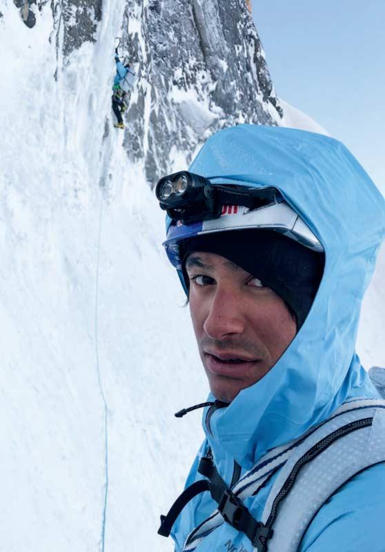 David-schaut-in-Jess-Kamera_während-Hansjörg-die-erste-Eislänge-klettert_-Foto--Jess-Roskelley