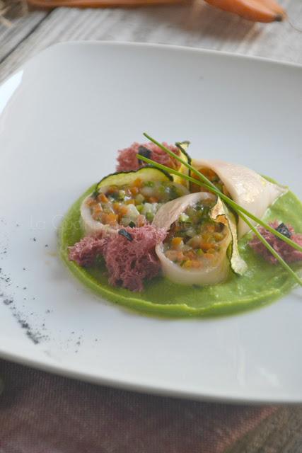 Calamari con verdurine all'aglio nero e provola, spugne di rapa rossa su crema di piselli