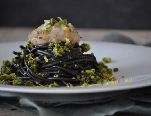 Spaghetti con tartare di gamberi e crumble al basilico