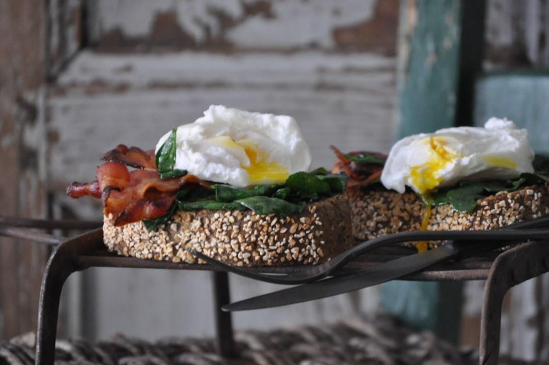 Crostone di grano saraceno, bacon al miele, uovo in camicia e spinacini