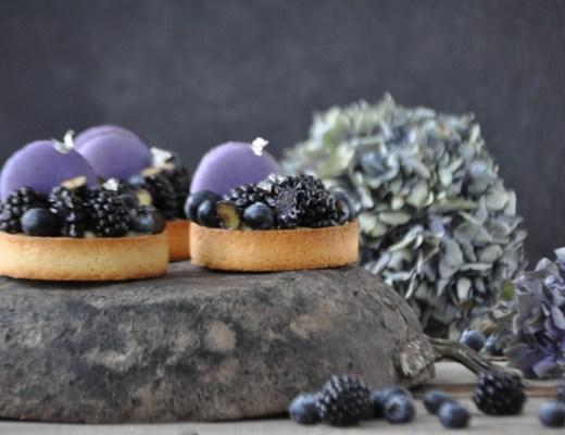 Tartellette alla crema pasticcera, macaron e frutti di bosco