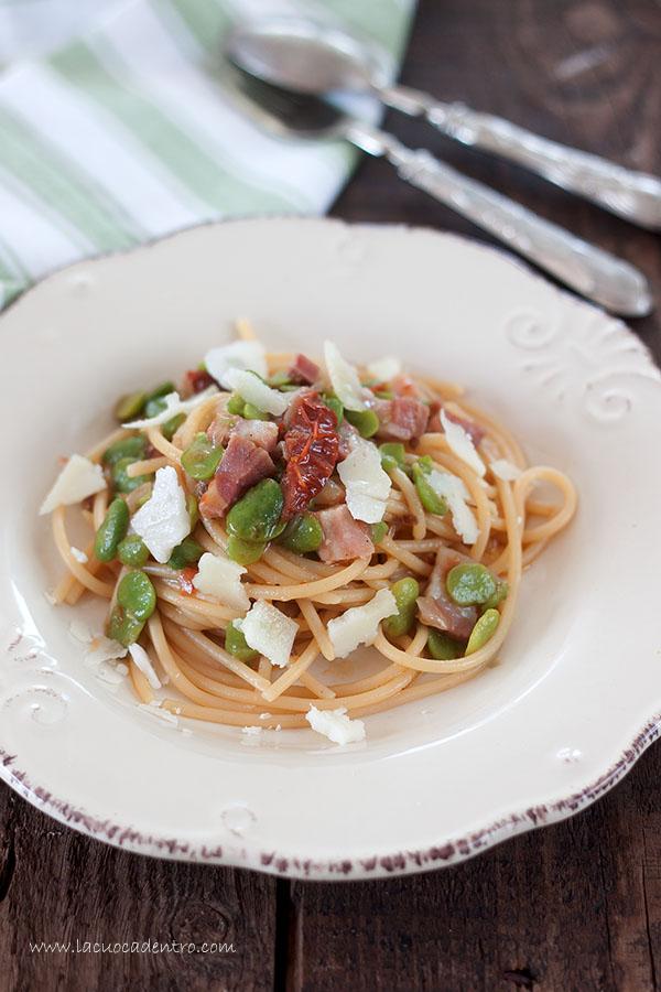 spaghetti con fave fresche pomodori secchi e pancetta