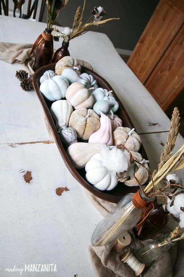 Elegant table decoration for fall. This is the best DIY Fal decorating ideas for the porch. Outdoor Fall Decorating ideas for your porch and beyond. Easy fall decorating ideas for your front porch. Lots of simple and inexpensive ideas to help you decorate your home for fall. #falldecor #falldecorations #fallonabudget #homedecorideas