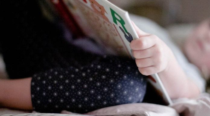 http://babyblog.nl/wp-content/uploads/2016/01/public-domain-images-free-stock-photos-little-girl-child-reading-book-bedtime-nap-11-1000x666.jpg