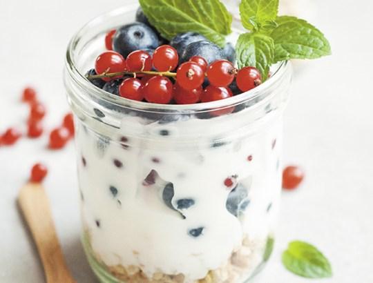 eiwitrijke snack: yoghurt fruit nuts
