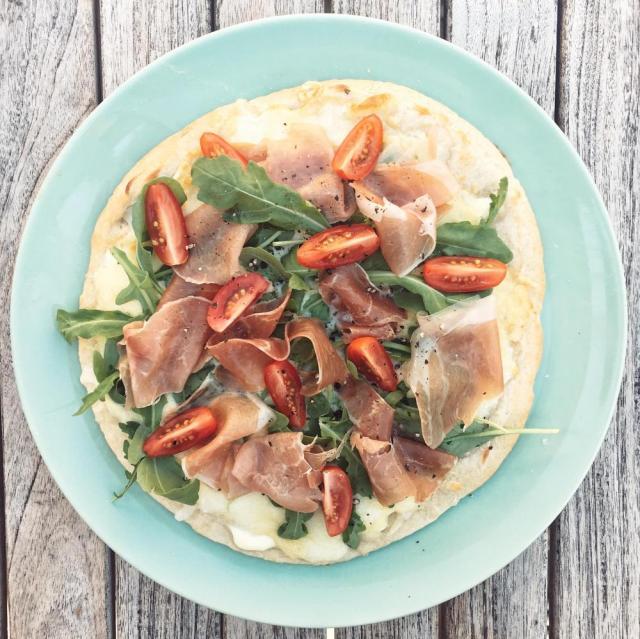 pizza bianca met gerookte ham en rucola