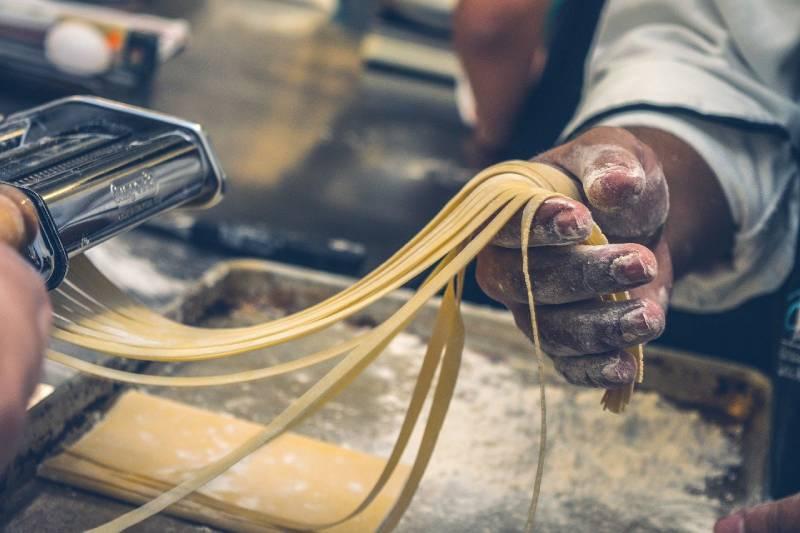Maestro de pasta crea fideos.