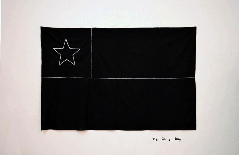 """Bandera negra bordada con blanco en metáfora del lema """"Chile está de luto"""", en homenaje a las víctimas fatales en el ultimo periodo político en Chile y acusación a la violencia desmedida acometida contra los manifestantes. Foto: José Contreras Aguad."""