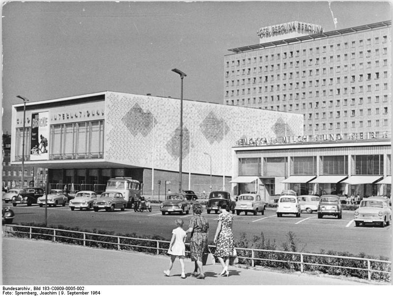 Kino International en la Karl-Marx-Alee 1968 - Bundesarchiv, Bild 183-C0909-0005-002 / Spremberg, Joachim / CC-BY-SA 3.0.