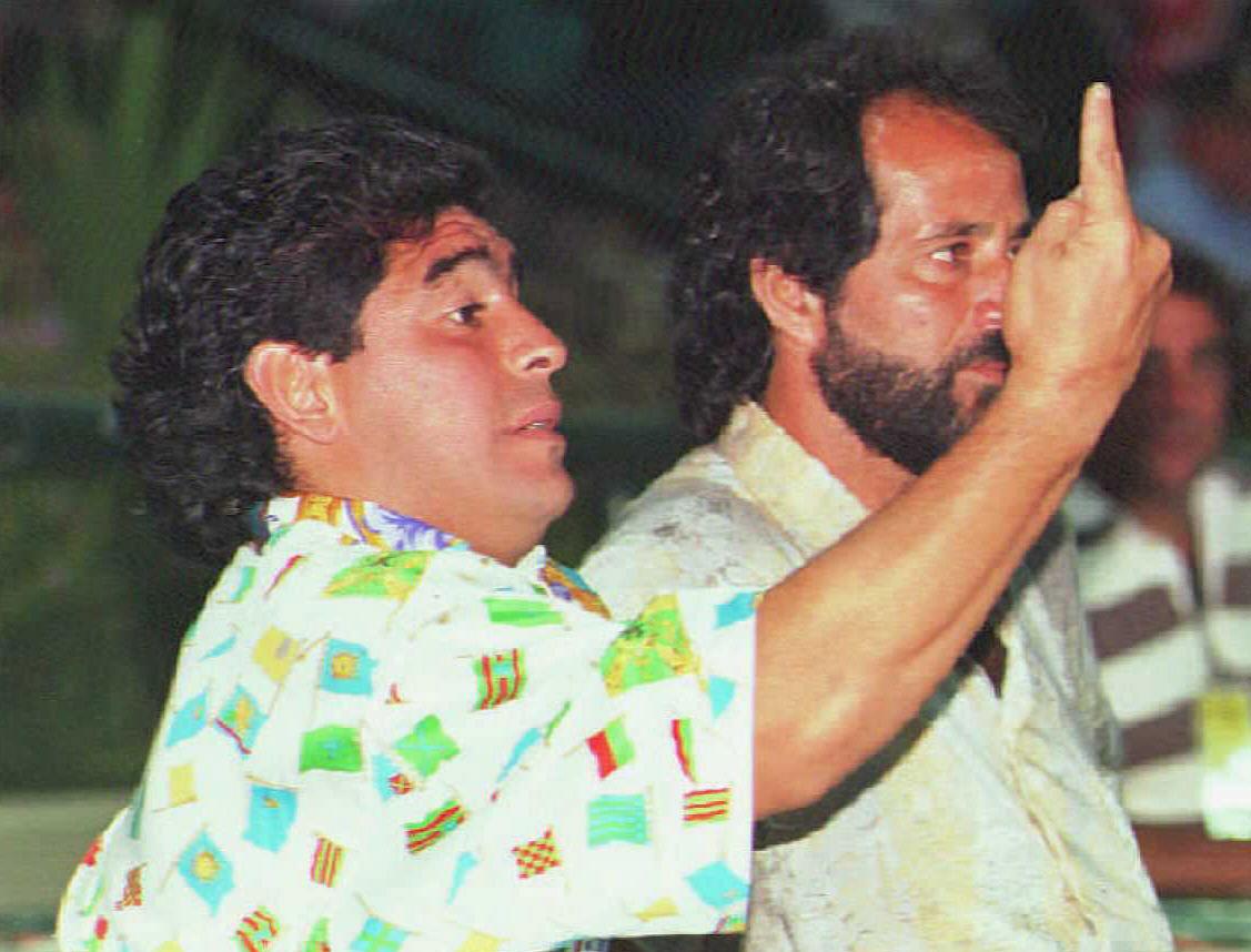 Maradona en su primer partido como técnico de Racing en enero del 1995 contra Independiente. © DANIEL LUNA/AFP via Getty Images.