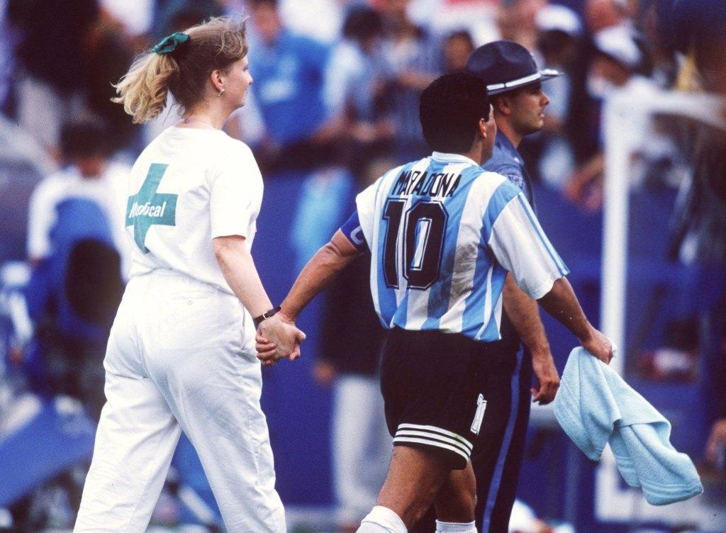 Diego Maradona es llevado por la enfermera Sue Carpenter por doping positivo en el mundial de USA 1994.   © Michael Kunkel/Bongarts/Getty Images.